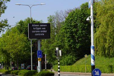 Maastricht_-_Akersteenweg_-_maxtrixbord_met_coronawaarschuwing by Otter